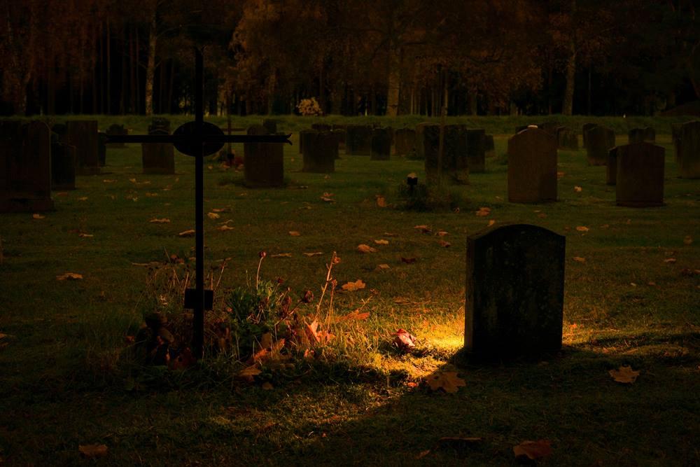 licht op kerkhof