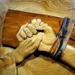 snijwerk-met-hand-in-de-hand-van-de-gekruisigde-jezus