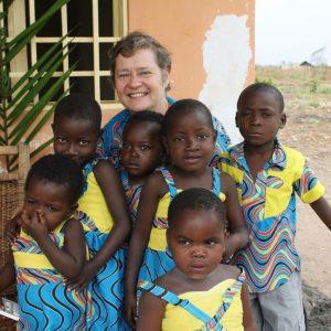 zuster Lieve Leenknecht met Afrikaanse kinderen